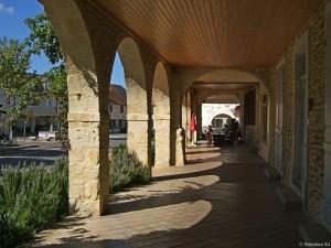 Arzacq (64), la place et ses arcades.