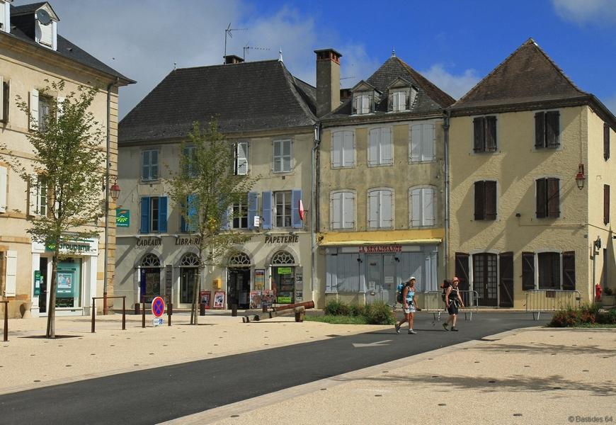 Navarrenx, la place des casernes.