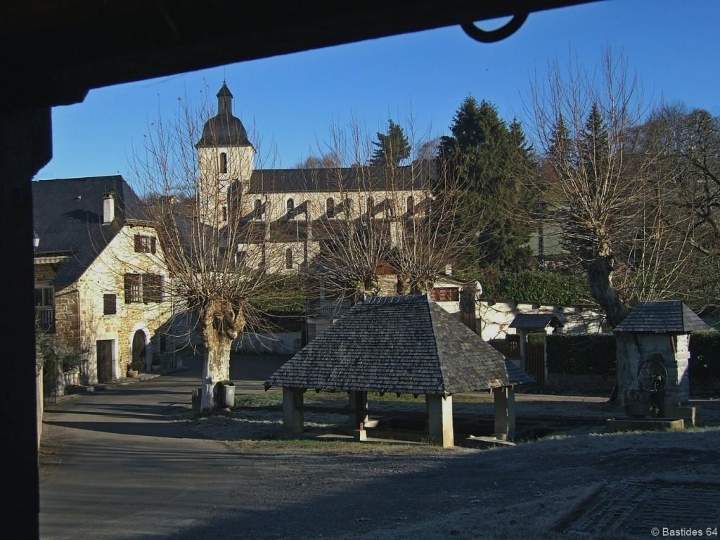 Rébénacq, un lavoir et l'église